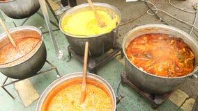 Καζάνια με τα παραδοσιακά πιάτα απόθεμα βίντεο