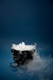 Καζάνι: Απόκοσμο καζάνι αποκριών με τον καπνό Στοκ φωτογραφία με δικαίωμα ελεύθερης χρήσης