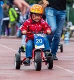 ΚΑΖΑΚΣΤΑΝ, ΑΛΜΆΤΙ - 11 ΙΟΥΝΊΟΥ 2017: Γύρος de kids ανταγωνισμών ανακύκλωσης παιδιών ` s Τα παιδιά ηλικίας 2 έως 7 έτη ανταγωνίζον Στοκ φωτογραφίες με δικαίωμα ελεύθερης χρήσης