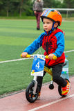 ΚΑΖΑΚΣΤΑΝ, ΑΛΜΆΤΙ - 11 ΙΟΥΝΊΟΥ 2017: Γύρος de kids ανταγωνισμών ανακύκλωσης παιδιών ` s Τα παιδιά ηλικίας 2 έως 7 έτη ανταγωνίζον Στοκ εικόνα με δικαίωμα ελεύθερης χρήσης