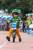 ΚΑΖΑΚΣΤΑΝ, ΑΛΜΆΤΙ - 11 ΙΟΥΝΊΟΥ 2017: Γύρος de kids ανταγωνισμών ανακύκλωσης παιδιών ` s Τα παιδιά ηλικίας 2 έως 7 έτη ανταγωνίζον στοκ εικόνες με δικαίωμα ελεύθερης χρήσης