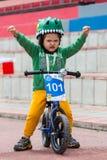 ΚΑΖΑΚΣΤΑΝ, ΑΛΜΆΤΙ - 11 ΙΟΥΝΊΟΥ 2017: Γύρος de kids ανταγωνισμών ανακύκλωσης παιδιών ` s Τα παιδιά ηλικίας 2 έως 7 έτη ανταγωνίζον Στοκ φωτογραφία με δικαίωμα ελεύθερης χρήσης