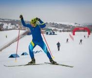 ΚΑΖΑΚΣΤΑΝ, ΑΛΜΆΤΙ - 25 ΦΕΒΡΟΥΑΡΊΟΥ 2018: Ερασιτεχνικοί ανώμαλοι να κάνει σκι ανταγωνισμοί του φεστιβάλ 2018 σκι ARBA συμμετέχοντε Στοκ Φωτογραφία