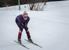 ΚΑΖΑΚΣΤΑΝ, ΑΛΜΆΤΙ - 25 ΦΕΒΡΟΥΑΡΊΟΥ 2018: Ερασιτεχνικοί ανώμαλοι να κάνει σκι ανταγωνισμοί του φεστιβάλ 2018 σκι ARBA συμμετέχοντε Στοκ Φωτογραφίες