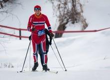 ΚΑΖΑΚΣΤΑΝ, ΑΛΜΆΤΙ - 25 ΦΕΒΡΟΥΑΡΊΟΥ 2018: Ερασιτεχνικοί ανώμαλοι να κάνει σκι ανταγωνισμοί του φεστιβάλ 2018 σκι ARBA συμμετέχοντε Στοκ Εικόνα