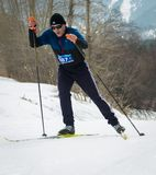 ΚΑΖΑΚΣΤΑΝ, ΑΛΜΆΤΙ - 25 ΦΕΒΡΟΥΑΡΊΟΥ 2018: Ερασιτεχνικοί ανώμαλοι να κάνει σκι ανταγωνισμοί του φεστιβάλ 2018 σκι ARBA συμμετέχοντε Στοκ φωτογραφίες με δικαίωμα ελεύθερης χρήσης