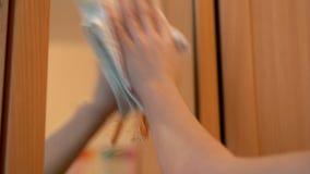 Καθάρισε το σπίτι και καθαρίζει τον καθρέφτη απόθεμα βίντεο