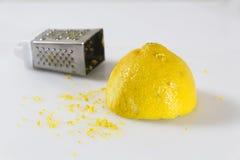 Καθάρισμα του λεμονιού με τα εργαλεία Στοκ Εικόνες