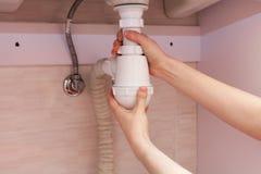 Καθάρισμα του παρεμποδισμένου σφυρηλατημένου μολυσμένου πλαστικού σιφωνίου του U για τη λεκάνη πλυσίματος, υγειονομικές συσκευές, Στοκ εικόνα με δικαίωμα ελεύθερης χρήσης