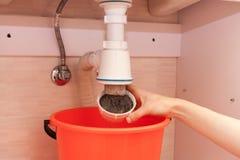 Καθάρισμα του παρεμποδισμένου σφυρηλατημένου μολυσμένου πλαστικού σιφωνίου του U για τη λεκάνη πλυσίματος, υγειονομικές συσκευές, Στοκ φωτογραφίες με δικαίωμα ελεύθερης χρήσης
