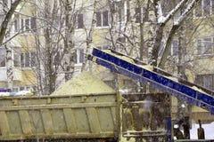 Καθάρισμα χιονιού Το τρακτέρ καθαρίζει τον τρόπο μετά από τις βαριές χιονοπτώσεις στοκ εικόνες με δικαίωμα ελεύθερης χρήσης