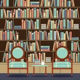 Καθίσματα ανάγνωσης μπροστά από μια βιβλιοθήκη Στοκ Φωτογραφία