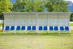 Καθίσματα για τα λεωφορεία και αθλητές στο αγωνιστικό χώρο ποδοσφαίρου Στοκ εικόνες με δικαίωμα ελεύθερης χρήσης