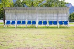 Καθίσματα για τα λεωφορεία και αθλητές στο αγωνιστικό χώρο ποδοσφαίρου Στοκ Εικόνες