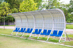 Καθίσματα για τα λεωφορεία και αθλητές στο αγωνιστικό χώρο ποδοσφαίρου Στοκ φωτογραφίες με δικαίωμα ελεύθερης χρήσης