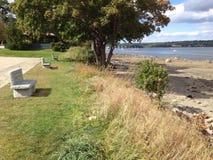 Καθίσματα εκτός από τη θάλασσα Στοκ φωτογραφία με δικαίωμα ελεύθερης χρήσης