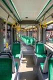 Καθίσματα και κιγκλιδώματα μέσα στο ηλεκτρόνιο T5L64 τροχιοδρομικών γραμμών επιβατών στοκ φωτογραφία