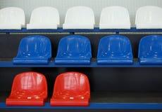 καθίσματα Κενές πλαστικές έδρες στο στάδιο Στοκ φωτογραφία με δικαίωμα ελεύθερης χρήσης