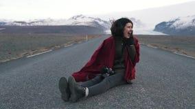 Καθίσματα κοριτσιών ταξιδιού στον κενό δρόμο απόθεμα βίντεο