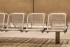 Καθίσματα μετάλλων στο σταθμό μετρό Στοκ Φωτογραφία