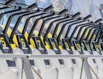 Καθίσματα που αριθμούνται στη διαταγή σχετικά με έναν γύρο εκθεσιακών χώρων με τους αριθμούς που αρχίζουν σε πέντε Στοκ Φωτογραφίες