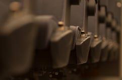 Καθίσματα σειρά με την εκλεκτική θαμπάδα μέσα σε ένα μεγάλο τραίνο Στοκ εικόνα με δικαίωμα ελεύθερης χρήσης
