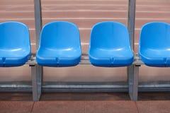 Καθίσματα σταδίων για τα υποκατάστατα και τον εκπαιδευτή σε ένα έδαφος ποδοσφαίρου Στοκ φωτογραφίες με δικαίωμα ελεύθερης χρήσης