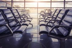 Καθίσματα στη αίθουσα αναμονής αερολιμένων στο ηλιοβασίλεμα Κανένας δεν κάθεται στον αερολιμένα Στοκ εικόνες με δικαίωμα ελεύθερης χρήσης