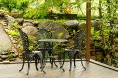 Καθίσματα στον κήπο καφετεριών Στοκ εικόνες με δικαίωμα ελεύθερης χρήσης