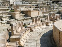Καθίσματα VIPs στο αρχαίο αμφιθέατρο Dionysus Αθήνα, Ελλάδα Στοκ εικόνες με δικαίωμα ελεύθερης χρήσης