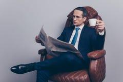 Καθίστε απολαμβάνει το άνετο peo αναπροσαρμογών τίτλων πολιτικών επενδύσεων τραπεζιτών στοκ εικόνα με δικαίωμα ελεύθερης χρήσης