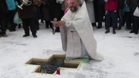 Καθαγίαση του νερού στην τοπική δεξαμενή στη γιορτή Epiphany απόθεμα βίντεο