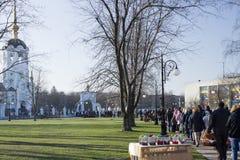 Καθαγίαση των κέικ και των αυγών Πάσχας σε ορθόδοξο Πάσχα Στοκ Εικόνες