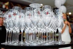 Καθαρά γυαλιά κρασιού στο δίσκο Στοκ Φωτογραφίες