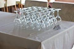 Καθαρά γυαλιά στον πίνακα στο εστιατόριο στοκ φωτογραφίες