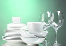Καθαρά πιάτα, φλυτζάνια και γυαλιά Στοκ φωτογραφία με δικαίωμα ελεύθερης χρήσης