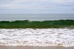 Καθαρά πράσινα κύματα που σπάζουν στην παραλία Στοκ εικόνα με δικαίωμα ελεύθερης χρήσης