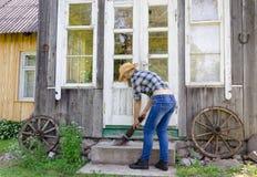 Καθαρά σκαλοπάτια σκουπισμάτων εργαζόμενων γυναικών με την ξύλινη σκούπα Στοκ Εικόνες