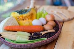 Καθαρά τρόφιμα, λαχανικά καθορισμένα, ξύλινο πιάτο και ξύλινο δίκρανο στον ξύλινο πίνακα Στοκ Εικόνες