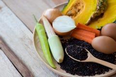 Καθαρά τρόφιμα, λαχανικά καθορισμένα, ξύλινο πιάτο και ξύλινο δίκρανο στον ξύλινο πίνακα Στοκ Εικόνα