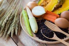 Καθαρά τρόφιμα, λαχανικά καθορισμένα, ξύλινο πιάτο και ξύλινο δίκρανο στον ξύλινο πίνακα Στοκ Φωτογραφία