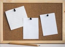 Καθαρά φύλλα της Λευκής Βίβλου που συνδέονται με έναν πίνακα φελλού στοκ φωτογραφία με δικαίωμα ελεύθερης χρήσης