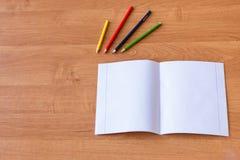 Καθαρά noteboks και ζωηρόχρωμα μολύβια στο ξύλινο γραφείο Έννοια της σχολικής εκπαίδευσης στοκ φωτογραφίες με δικαίωμα ελεύθερης χρήσης