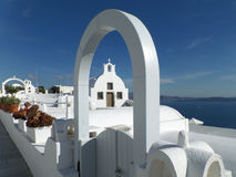 Καθαρές άσπρες αρχιτεκτονικές ενάντια στο μπλε ουρανό στο νησί Santorini Στοκ Εικόνες