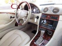 Καθαρές γραμμές, μαλακό δέρμα και ξύλινες λεπτομέρειες σημαδιών ασφαλίστρου του εσωτερικού της Mercedes coupe στοκ φωτογραφία