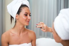 Καθαρές καθαρές γυναίκες φροντίδας δέρματος Home spa ομορφιάς που εφαρμόζουν την του προσώπου σπιτική μάσκα Στοκ Φωτογραφίες