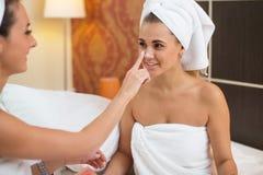 Καθαρές καθαρές γυναίκες φροντίδας δέρματος Home spa ομορφιάς που εφαρμόζουν την του προσώπου σπιτική μάσκα Στοκ Εικόνες