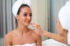 Καθαρές καθαρές γυναίκες φροντίδας δέρματος Home spa ομορφιάς που εφαρμόζουν την του προσώπου σπιτική μάσκα Στοκ φωτογραφία με δικαίωμα ελεύθερης χρήσης