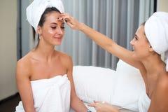 Καθαρές καθαρές γυναίκες φροντίδας δέρματος Home spa ομορφιάς που εφαρμόζουν την του προσώπου σπιτική μάσκα Στοκ φωτογραφίες με δικαίωμα ελεύθερης χρήσης