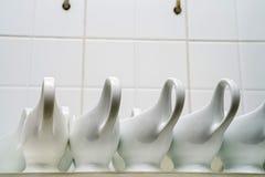Καθαρές κενές κεραμικές βάρκες σάλτσας στο εστιατόριο Στοκ Εικόνες